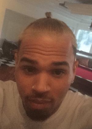 Chris Brown é expulso de avião após fumar maconha, diz site