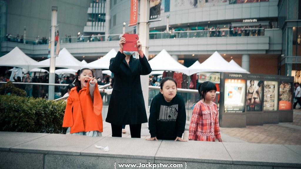 小朋友在巨蛋前看到廢核遊行的活動