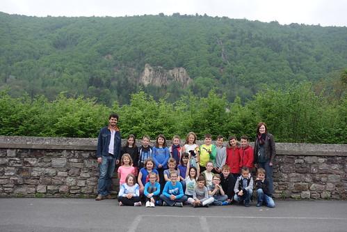 Voilà les CE2, dans la cours de récréation, qui donne sur la vallée de la Meuse. La Belgique est toute proche !