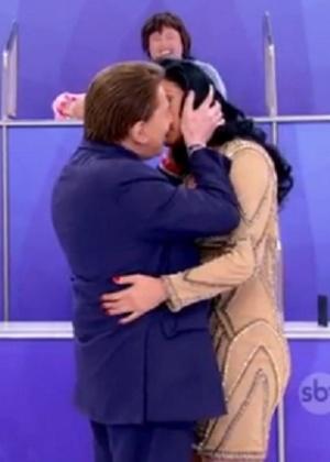 """Casado não é capado"", brinca Silvio Santos sobre Hellen Ganzarolli"