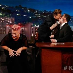Johnny Depp faz surpresa para Pink e dá selinho em Jimmy Kimmel na TV