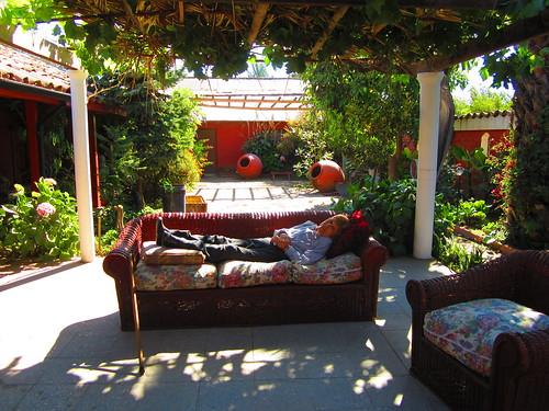Abuelita descansando en la terraza