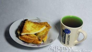 Sarapan pagi dengan roti telur dan air teh O