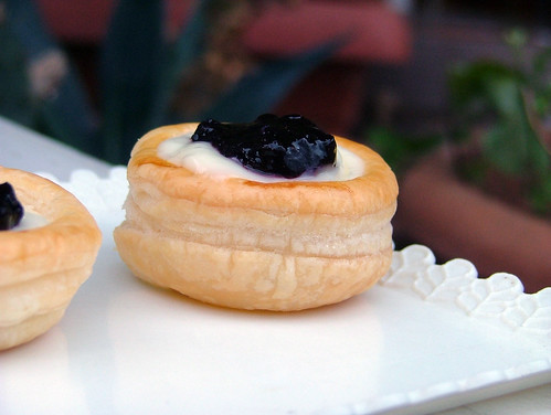 Vol-au-vent with vanilla pudding and Blueberry Jam