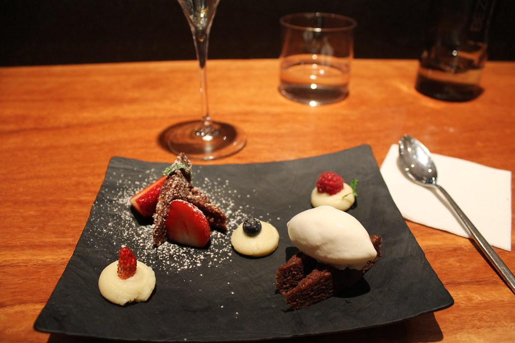 Bizcocho de chocolate y frutos rojos con helado de yogur, mandarina japonesa y menta