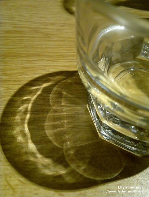 希望自己能時刻檢視自己,讓自己能像這玻璃杯的倒影一樣澄澈明淨。