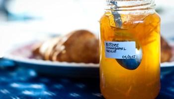 Bittere sinaasappelmarmelade met croissants