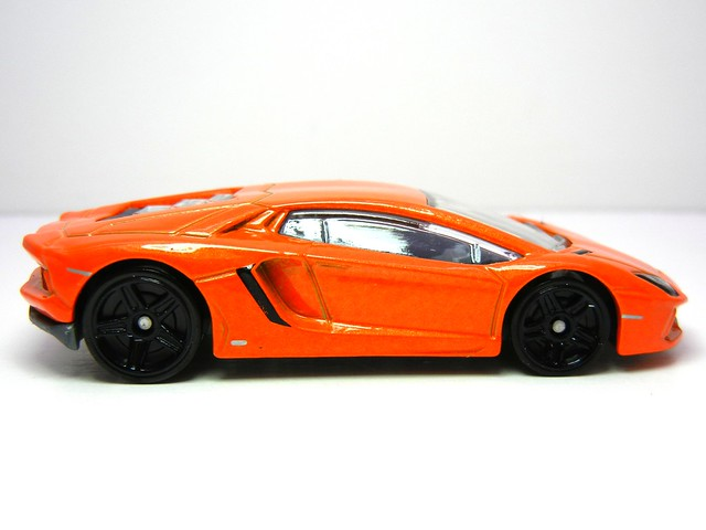 HOT WHEELS '12 LAMBORGHINI AVENTADOR (3)