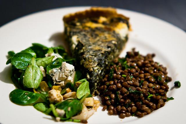 Kruidige linzen, veldsla met blauwe kaas en spinazie-quiche
