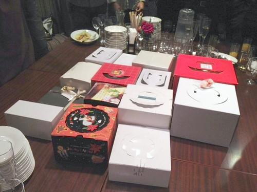 メインの有名スイーツの食べ比べ。まずは箱の状態。@甘党男子3周年&Xmasスイーツ交流会