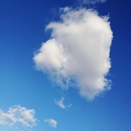 雲がぽかーん! 来年も気負わず、この雲みたいに過ごせたら(・∀・)イイネ!!  良いお年を! #iphonography #instagram #iphone4s