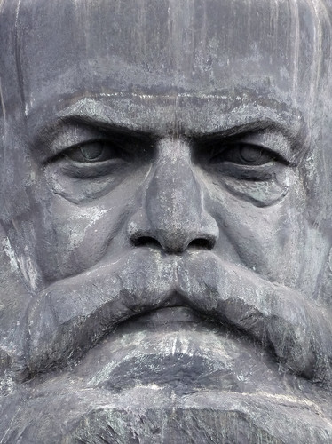Karl Marx kann da nicht lachen.