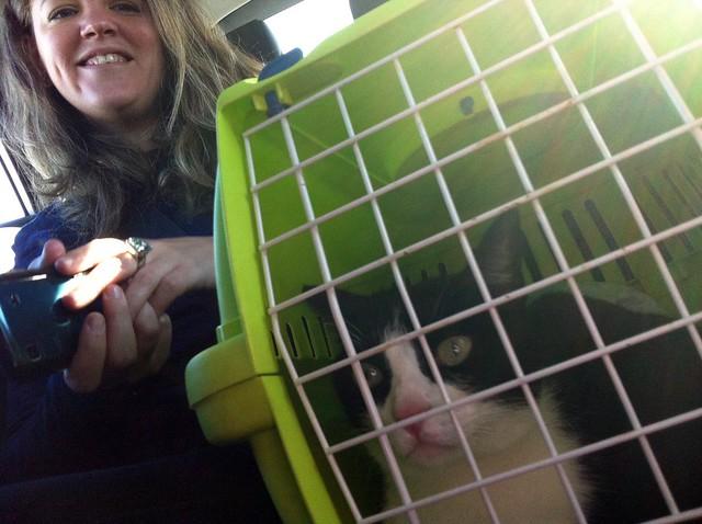 Marta con su gato en el transportín