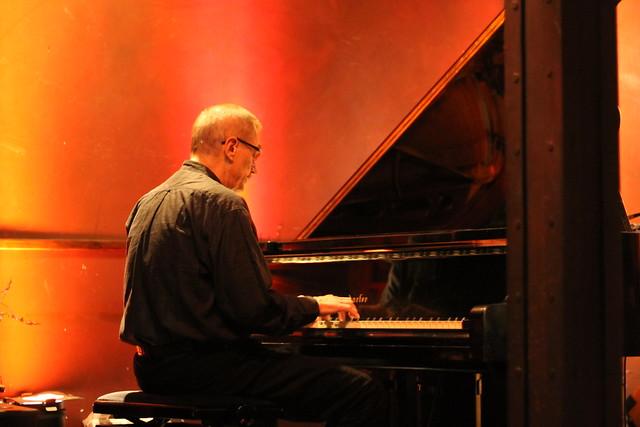 Emil Viklický warming up
