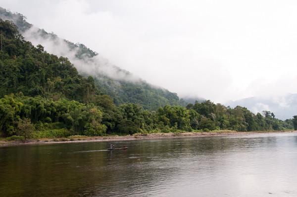 Muntanyes i riu de l'Himalaia