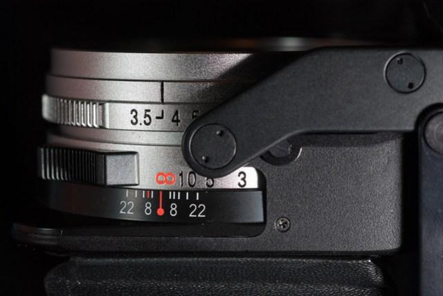最大光圈 f/3.5, 最小光圈 f/22,特別的是,要把焦距對到無限遠的地方才能關鏡頭蓋