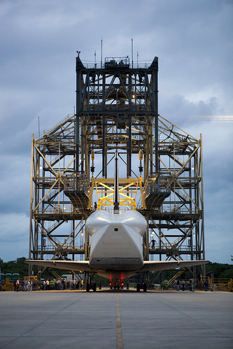 Discovery Ready For Mate-Demate Device (KSC-2012-2105)