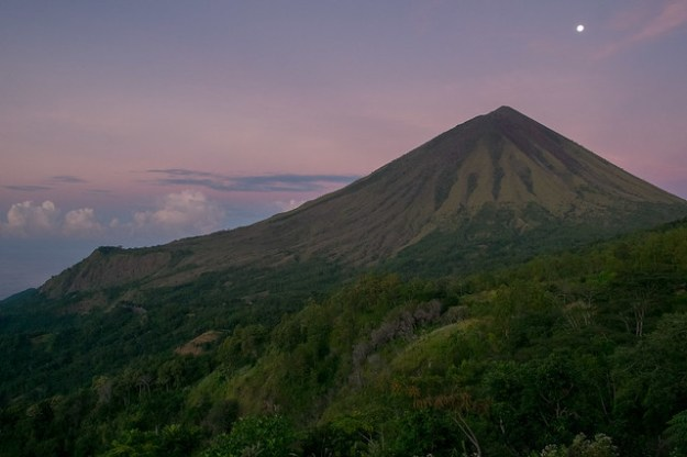 Moonset. Gunung Inerie
