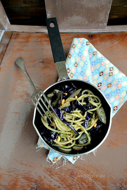 Spaghetti, verza, funghi e pesto all'aneto