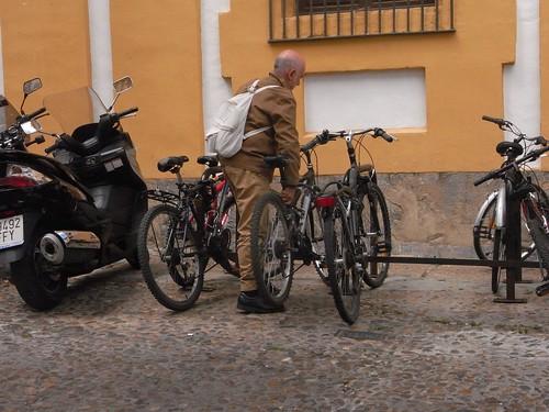 Aparcando la Bicicleta en la Facultad de Filosofía y Letras de Córdoba.