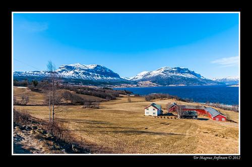 Syndrol ved Vangsmjøse mot Grindane og Bergsfjellet med Syndrol gårdstun by Tor Magnus Anfinsen