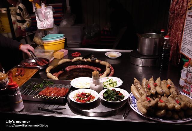 這是我們在小北夜市的第一攤,她們的香腸很好吃!那幾碟小菜都市免費給客人配的。