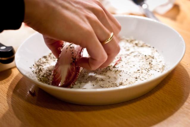 Eerst de witlof even door suiker en tijm wentelen voor de tarte tatin van gekarameliseerde witlof, met @ Flickr