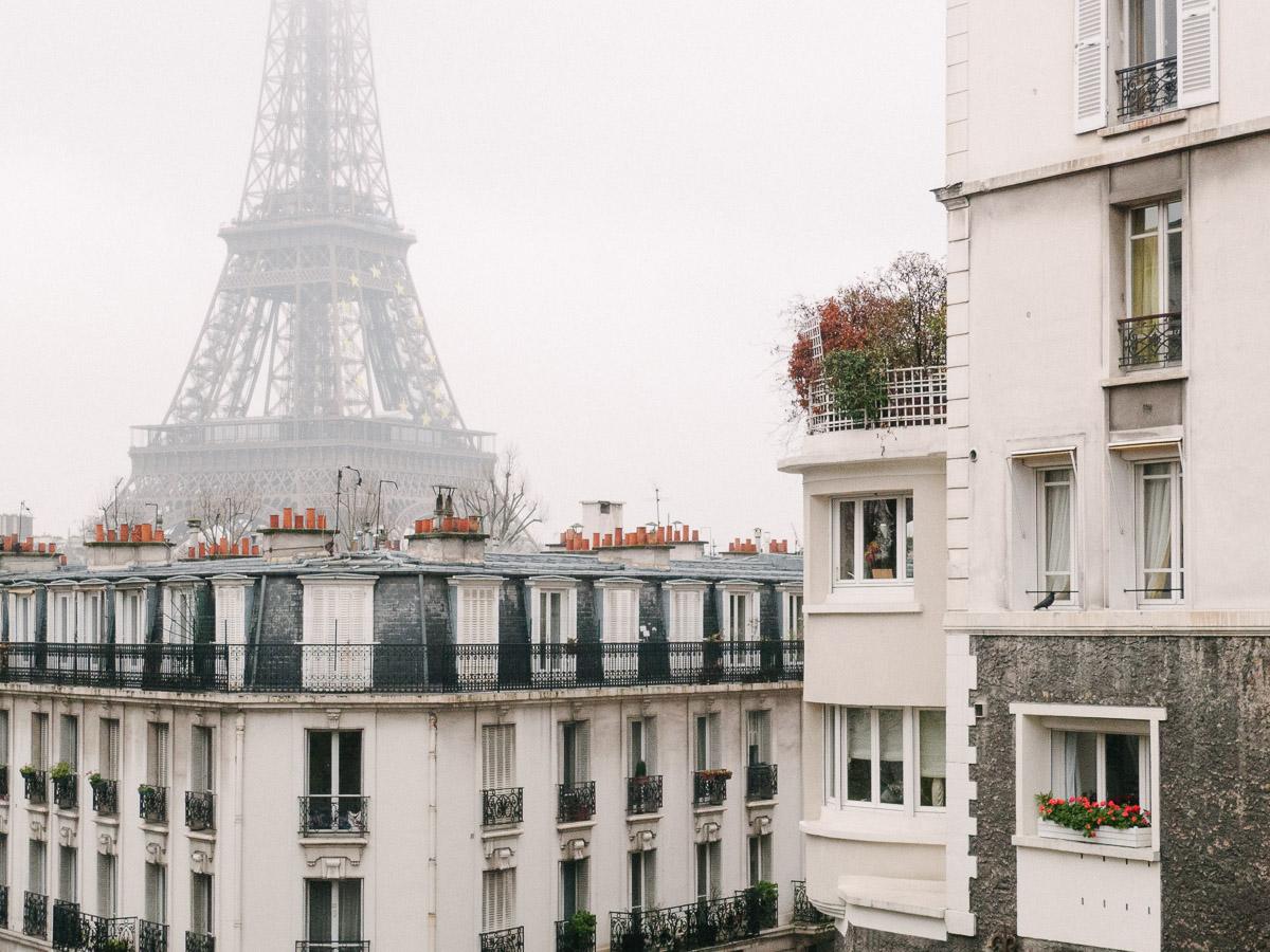 La Torre Eiffel surge entre la niebla