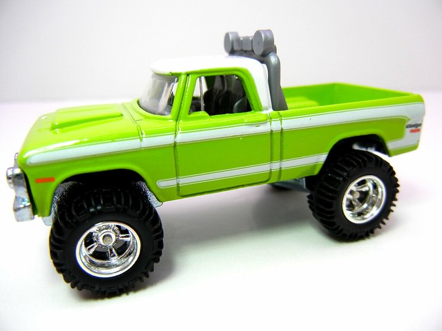 HOT WHEELS GARAGE 70'S DODGE POWER WAGON GREEN (2)