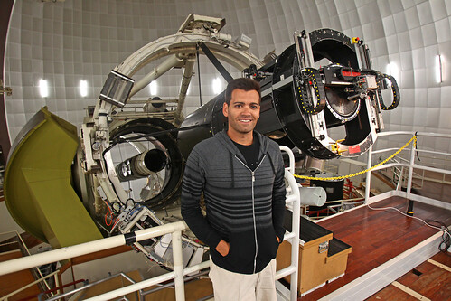 Ángel R. López-Sánchez and the 2dF instrument at the 3.9m Anglo-Australian Telescope. Credit: Ella Pellegrini (Daily Telegraph).
