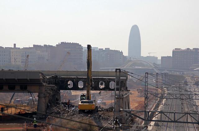 Detalle de la demolición del antiguo puente del Treball