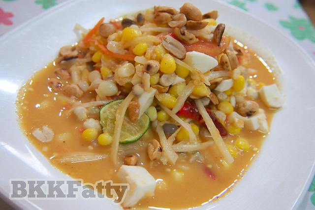 Thai papaya salad with corn ส้มตำข้าวโพด