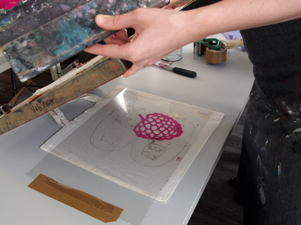 Siebdruckworkshop in Berlin - printing raspberries