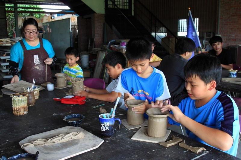 製作陶杯的孩子們