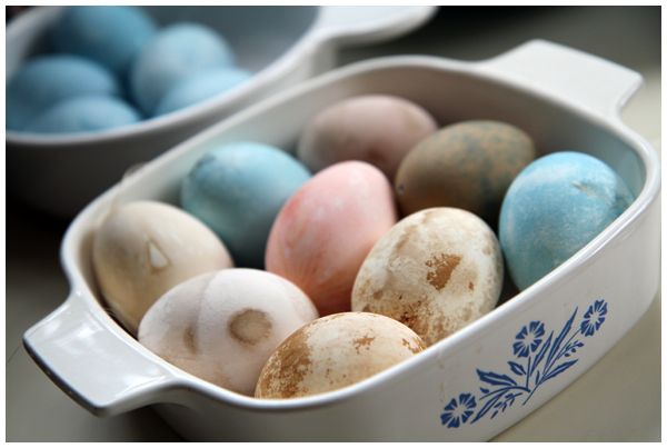 Dying eggs naturally with ingredients from your kitchen