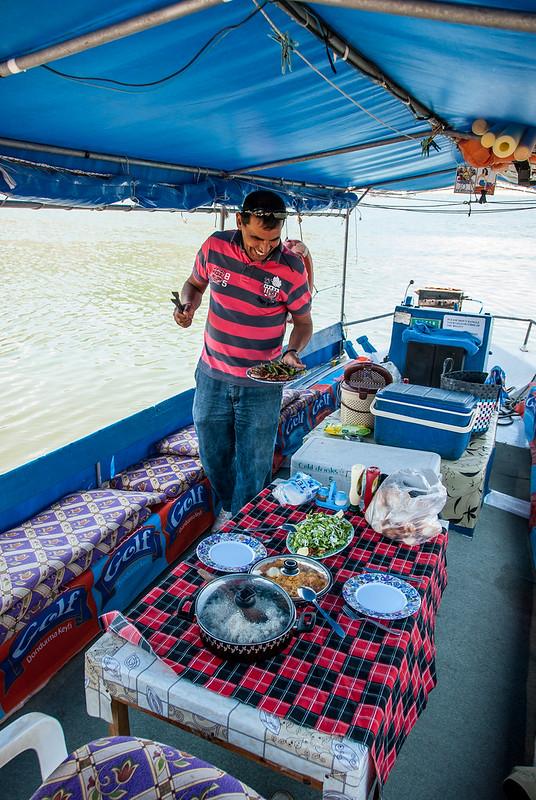 Lekker eten in Turkije met Kapitan Osman die de lunch voorbereid