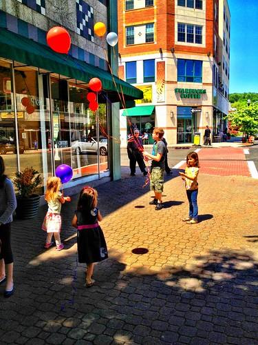 Kids & Balloons by damn_que_mala