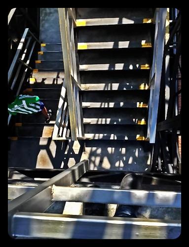 Bajo una escalera by Julio César Correa