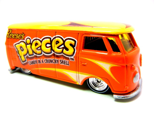 hot wheels nostalgia hersheys  reeses pieces volkswagon micro bus (2)