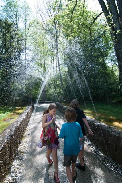小孩:既然噴濕了,就再更濕一些吧!