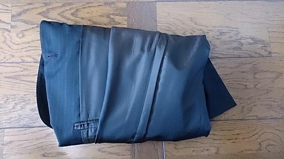 スーツケースに背広を入れる畳み方