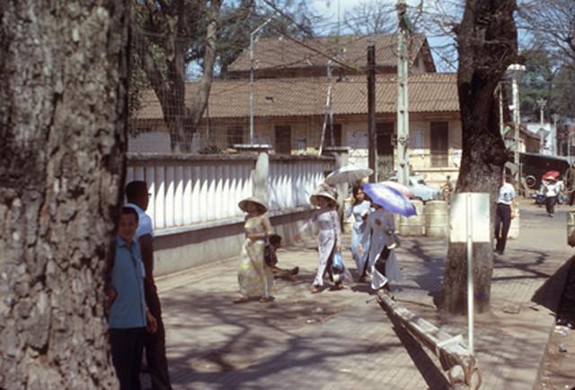 Saigon 1967 - Lề đường cạnh Brinks Hotel. Nhà ngói phía xa là góc Hai Bà Trưng - Cao Bá Quát, thuộc xưởng SX thuốc phiện thời Pháp