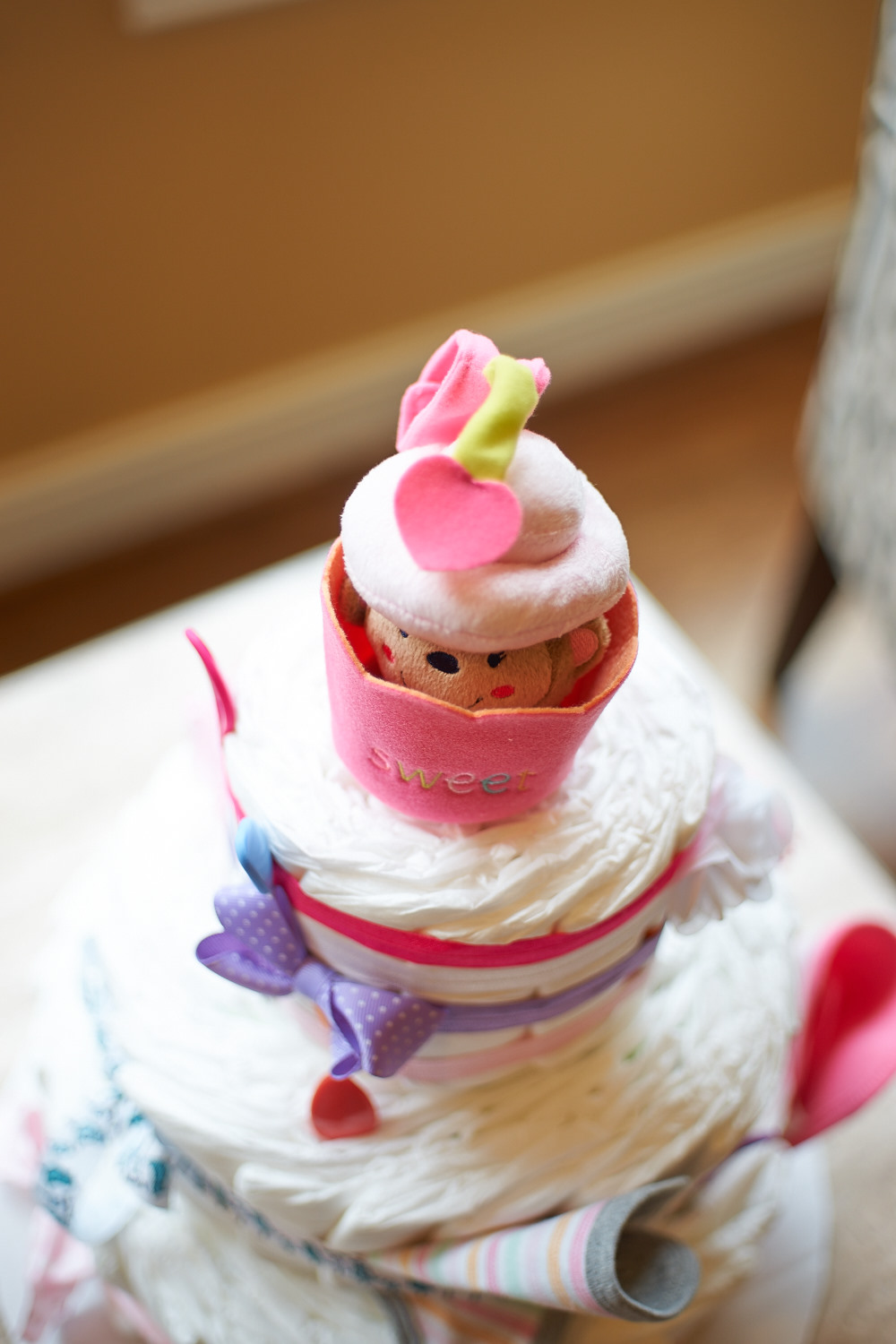 Surprise! There is a little monkey hidden inside of the cupcake. When you try to pull the monkey out, the entire cake shakes.. How cute!