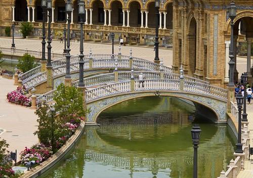Puente sobre el canal de la Plaza de España