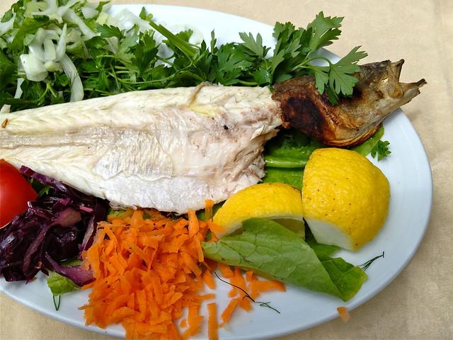 Lekker eten in Turkije bij Gel Gör Balik Restaurant in Dalyan: verse gegrilde zeebaars