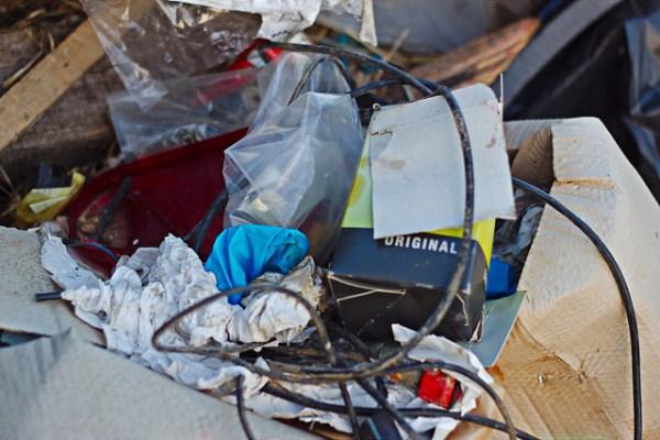 Dépôt d'ordure sauvage à Sennevoy le haut, détail 3