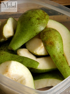 Preparing the pears for my pear-vanilla jam