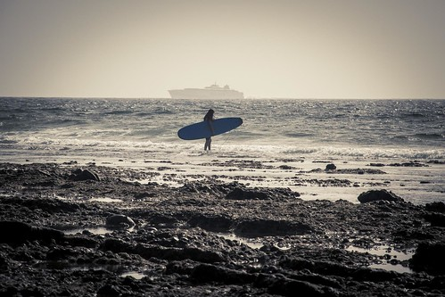 The Girl, the Surf and the Boat (Plage de Tenerife, Iles Canaries) - Photo : Gilderic