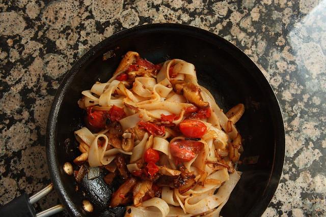 mushroom tomato pasta