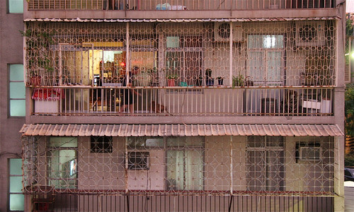 7 August 2012 Sesame Shiba, pink porch